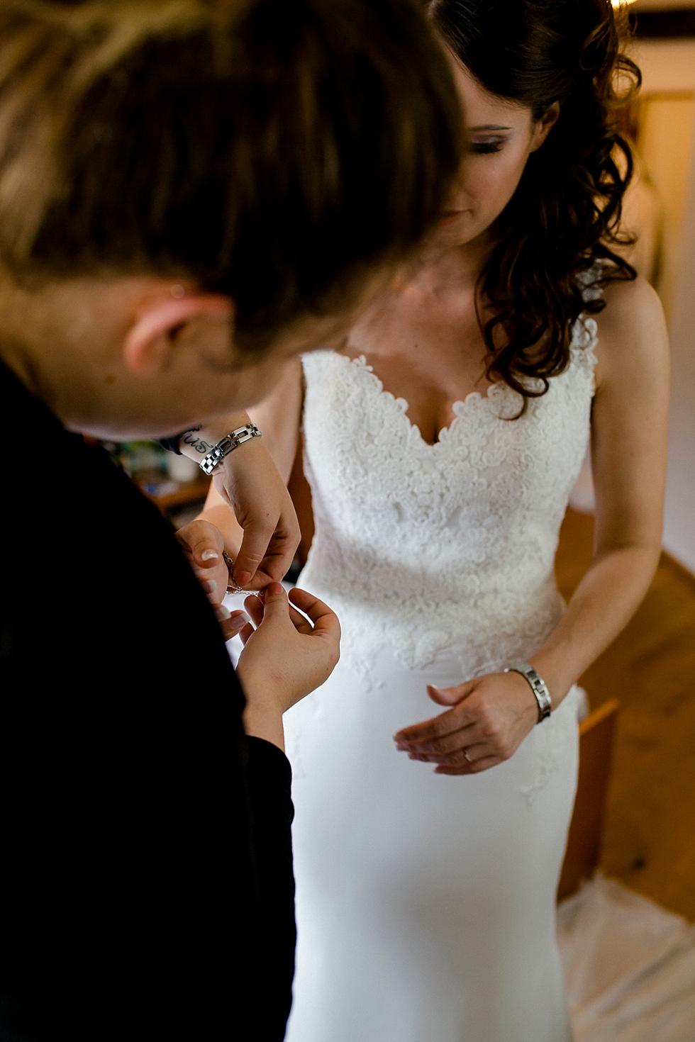 Braut beim Anziehen, Heiraten im Haverbeckhof Bispingen - Jana Richter fotografie-10.jpg