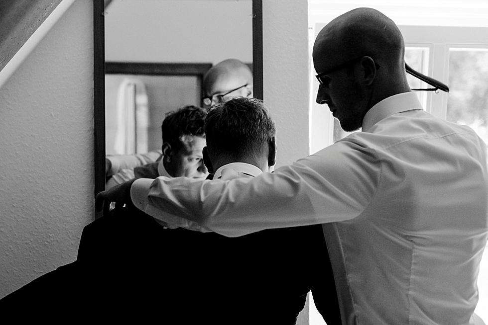Vorbereitung des Bräutigams, Heiraten im Haverbeckhof Bispingen - Jana Richter fotografie-13.jpg