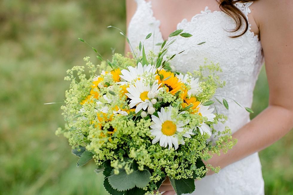 Brautstrauß, Sonnenblumen, Sommerstrauß, Heiraten im Haverbeckhof Bispingen - Jana Richter fotografie-24.jpg