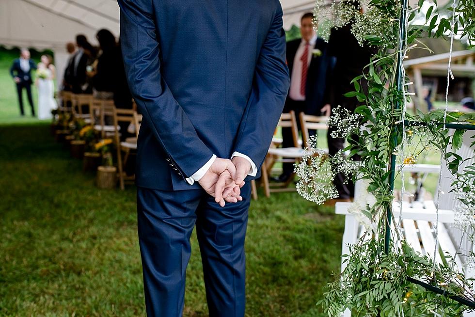 Bräutigam wartet auf seine Braut, Hände auf dem Rücken, freie Trauung, Heiraten im Haverbeckhof Bispingen - Jana Richter fotografie-37.jpg