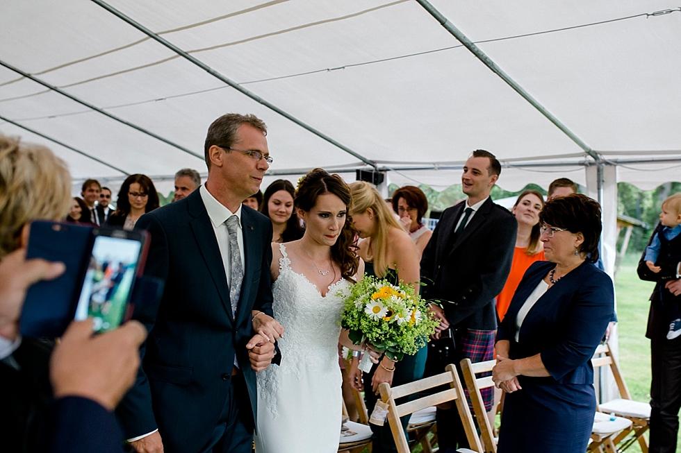 Braut kommt auf Bräutigam zu, Brautvater und Braut beim Altar, Heiraten im Haverbeckhof Bispingen - Jana Richter fotografie-38.jpg