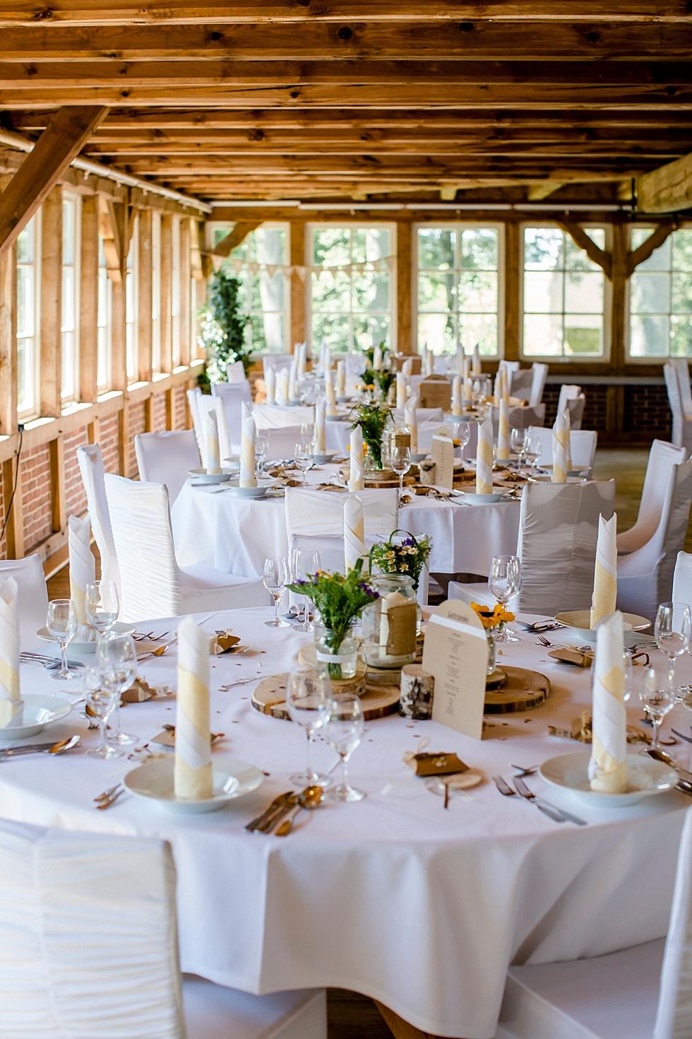 runde Tische,Tischdeko einer Hochzeit, rustikale Hochzeitslocation, Heiraten im Haverbeckhof Bispingen - Jana Richter fotografie-54.jpg