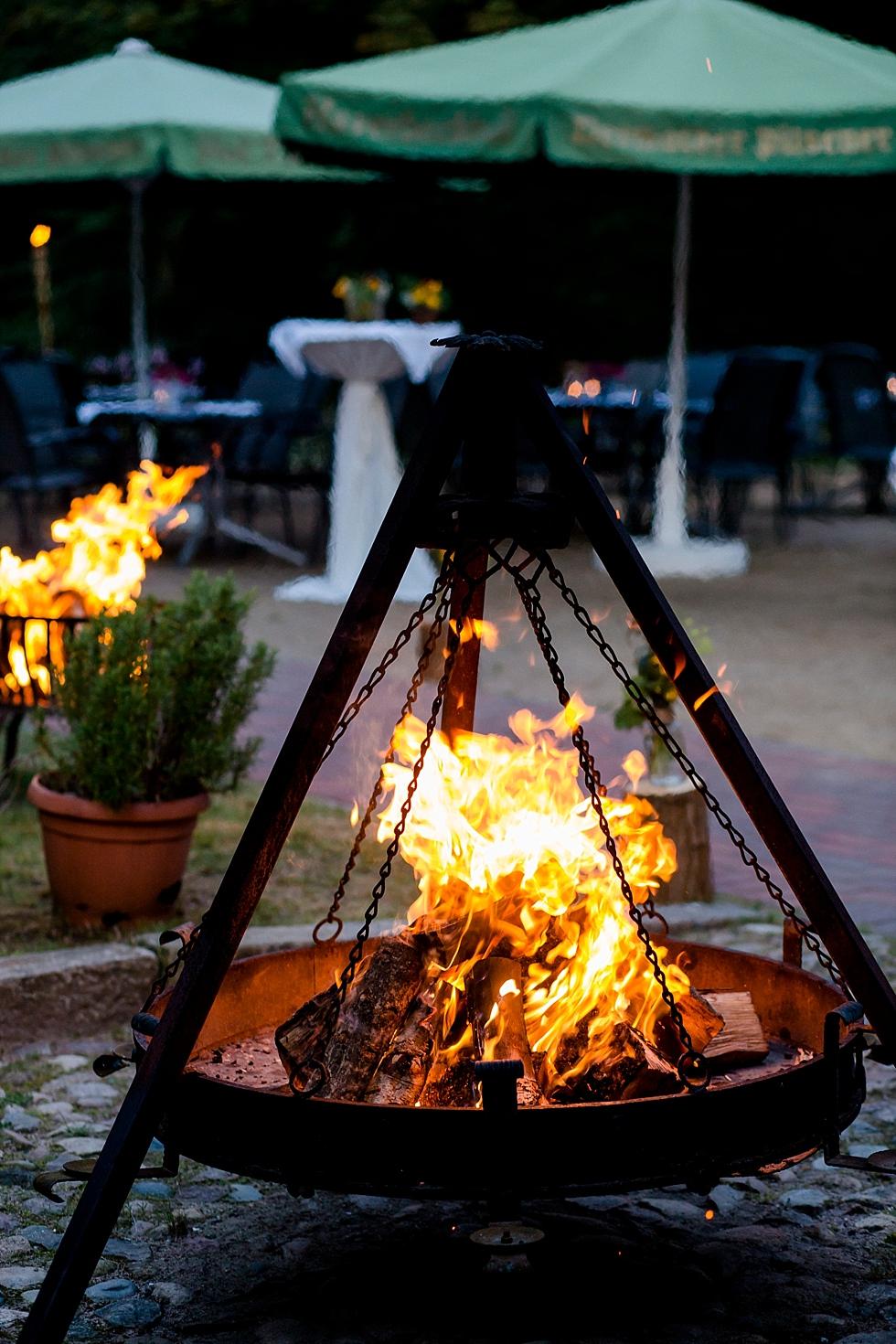 Feuerschale, Feuer, gemütlichkeit, Heiraten im Haverbeckhof Bispingen - Jana Richter fotografie-59.jpg
