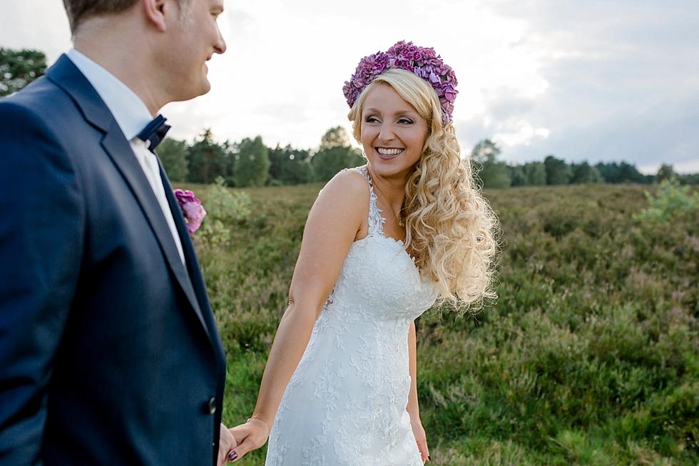glückliches Brautpaar, Heidelandschaft, Brautpaar