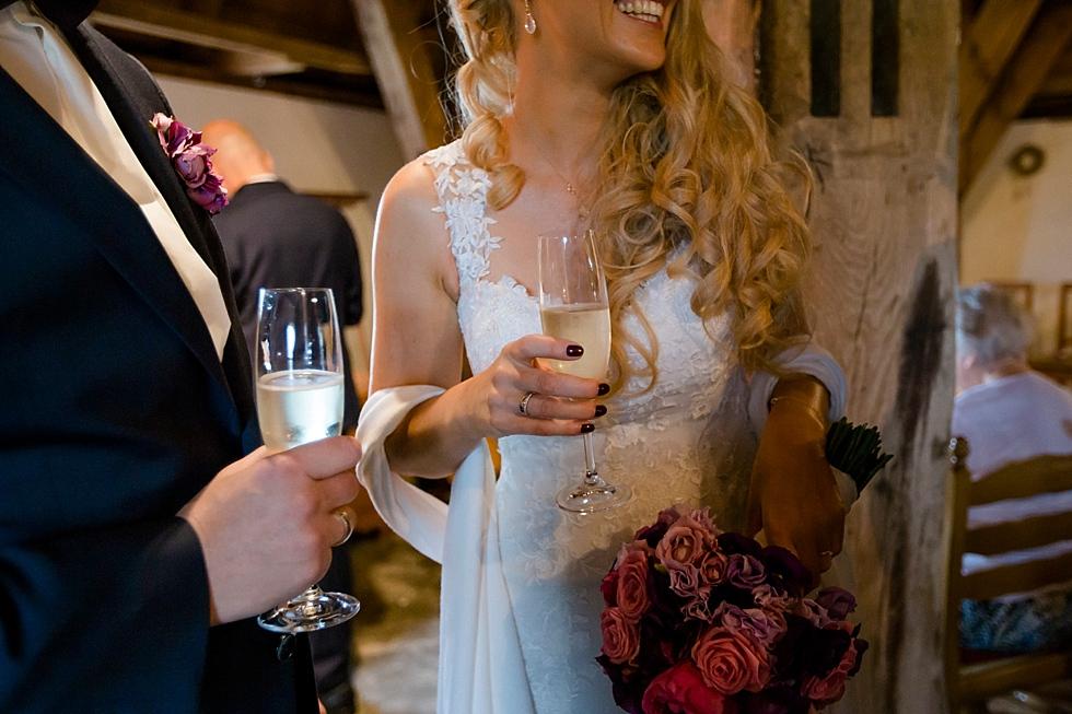 Sektglas, Brautpaar hat Sektglas in der Hand
