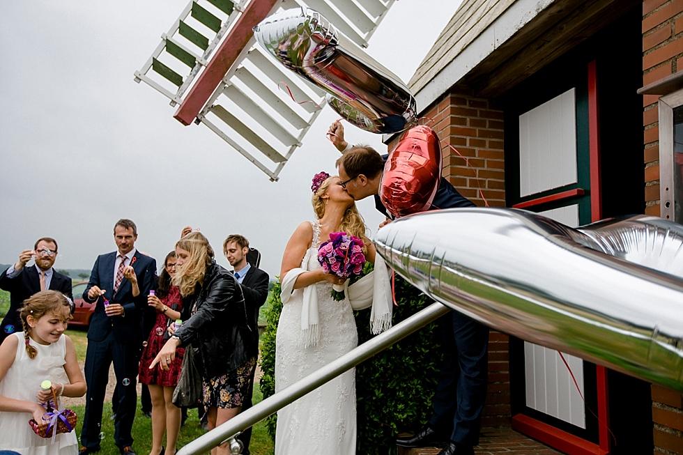 Kuss Brautpaar, Luftballons, stürmisch, Wind, Mühle