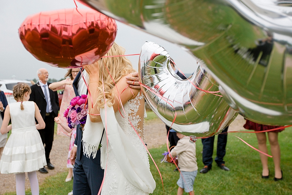 Brautpaar mit Luftballons, Wind
