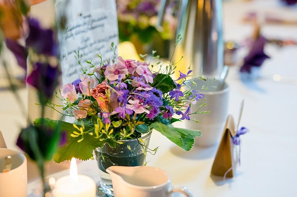 lila Hochzeitsdeko, lila Blumen