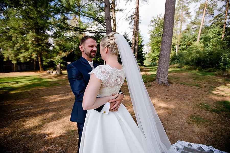 Hochzeit Kunststätte Bossard in Jesteburg, Brautpaarshooting, langer Schleier