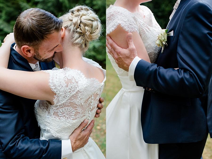 Hochzeit Kunststätte Bossard in Jesteburg, Brautpaarshooting, Spitzenkleid