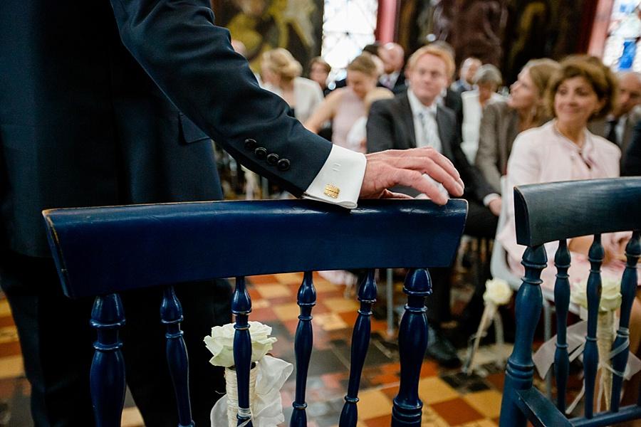 Hochzeit Kunststätte Bossard in Jesteburg, Bräutigam wartet auf seine Braut