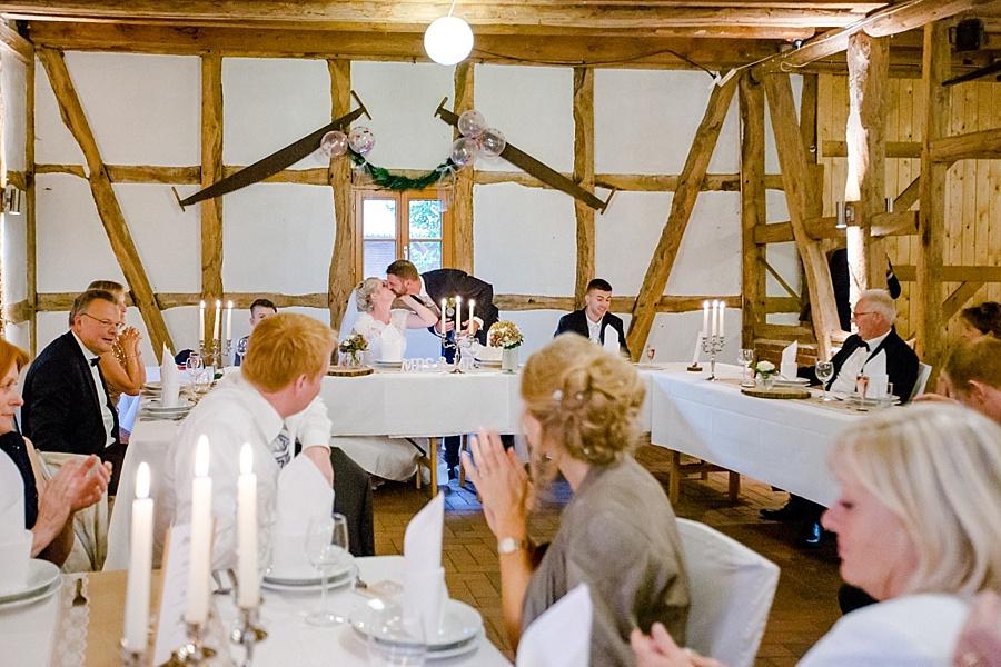 aldags-landpartie, Scheunenhochzeit, Hochzeitskuss